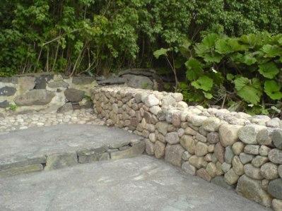 Naturstensmur och skiffertrapp