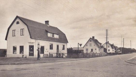 """Ett gammalt vykort från korset i Vallberga. Bilden är skickad till oss från Percy Pettersson som har lite """"släktanknytning"""" till byn."""