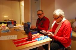 Nils-Erik och Gerd har koll på startkort och lotter.
