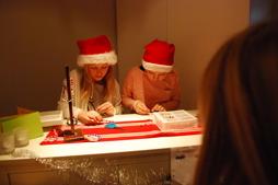 Här träddes det armband med julbudskap på löpande band!
