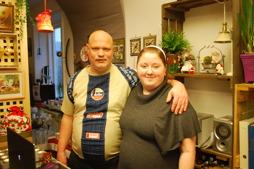 Jonny och Anna hade gjort julfint i Annas loppisbutik på Arbetskooperativet.