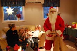 Den snälle byalagstomten tänkte även i år på säkerheten, och delade ut julklappar till barnen som innehöll reflex.