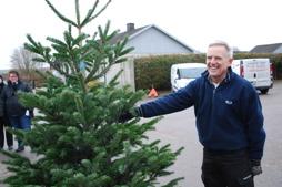 Glad julgransförsäljare bjöd på glögg och godis
