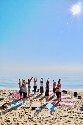 Morgonyoga på stranden brukar inte någon vilja missa! Volontärerna är ofta med på morgonen genom att förbereda frukosten före yogan.