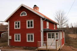 Nämndemanshusets bakre entré med utbyggd toalett