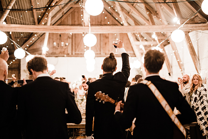Rustic barnwedding in Sweden. Rebecca Wallin