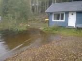 Tur att gästhuset står på stora stenar för sjön är på väg under huset