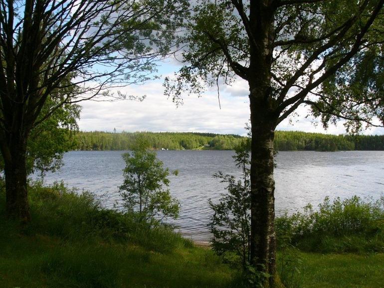 Gussbo Gård från andra sidan sjön