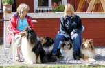 Två goa valpköpare och deras hundar