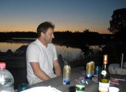 Grillkväll med grannarna i solnedgång