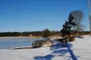 Än ligger hamnen stilla och snötäckt