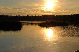 Solen går ner över Hyllingsunds hamn.