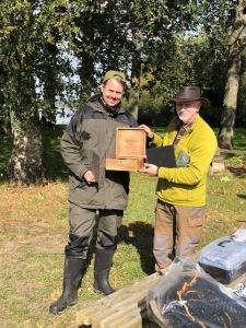 Fredrik Martinsson vinnare av höstspinnet 2018 tar emot vandringspriset av Peter Nilsson, tävlingsledare.