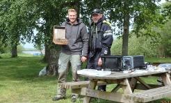 Petter Heingard vinnare av vårspinnet 2019, tar emot vandringspriset av Ola Karlsson Sportfiskebolaget.