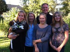 Charlie blir medlem nummer sex i familjen Monfors i Täby.