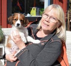 Tara flyttade med mamma Teya hem till Lena och kooikerpojken Yasper