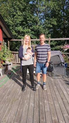 Martin och Sari tog med sig Esther till Täby