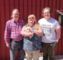 Familjen Dahle tog med Deirdre hem till Trosa och de andra två kooikerdamerna