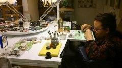 Helén sitter vid urmakarbänken och lagar ett armbandsur