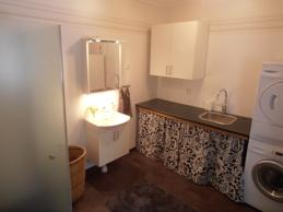 Stora badrum med tvättmaskin och torktumlare