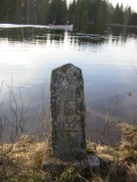 Stenen står efter Rishedvägen, vid Juga.