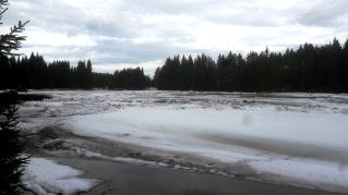 """Mellan Daglösforsen och Morforsen packar sig isen lite och den """"osynliga"""" flotten vid bron har inte gått än. (finns ingen flotte)"""