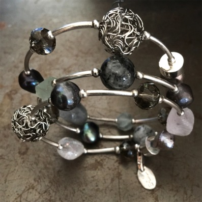 Spiralarmband. Silver, röksten, sötvattenspärlor, kristall, flouriter, kvarts med inlägg.