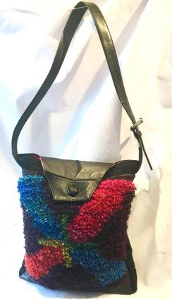 Handgjord väska i handvävd och knuten flossa, läder och mocka.