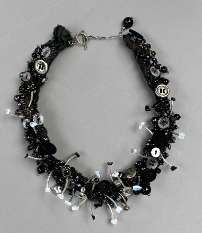Svarta änkan, halsband i silver, onyx, agat, månsten , glas och tennknappar.