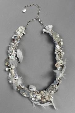 Månbröllop. Halsband i silver, fjädrar, sötvattenspärlor, pärlemirknappar  mm.