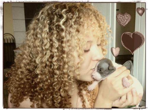 Chanelle pussar Berry hejdå. När de ses igen är valparna redan 4,5 vecka.