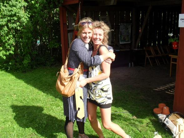 Ingela Carlssons krukhängare var så fina att Maria var tvungen att ge henne en kram!