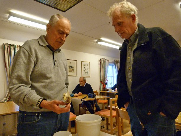 Rolf-Göran Carlsson berättar för Kurt Gunnarsson om klövsvampen. Ett fynd som gjordes av Ewa Lilliesköld i höstas!