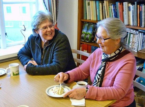 Kerstin Lemke och Brita Larsson äter tårta dagen till ära, VBSK firar 30-års jubileum!