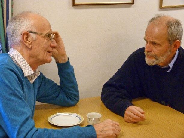 """Bertil """"Gösta"""" Svensson och Lars Sandbecker tar ett snack i kaffepausen!"""