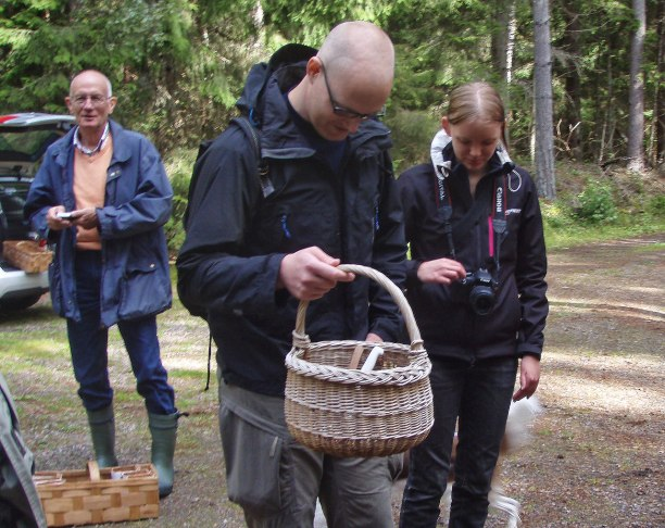 Emil kollar så att allt är med inför dagens svampplockning!