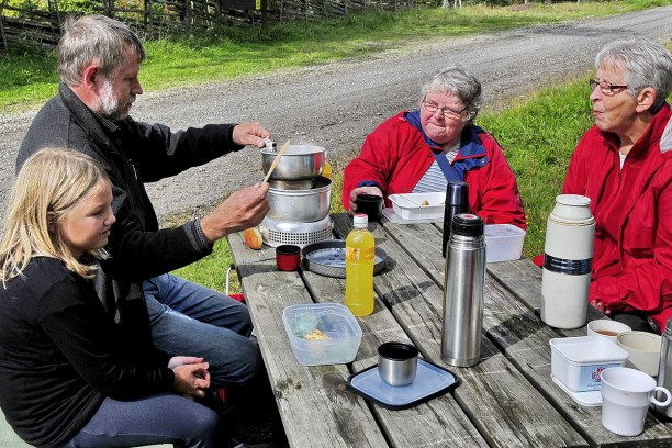 Morfar Sager kokar korv till Thilda