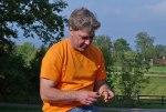 Den välkände mykologen Roger Pihl studerar en av dagens fynd!