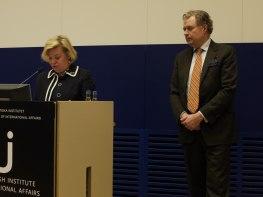 Gunvor Kronman tackar på egna och medpristagarens Mats Wallenius vägnar för priset till Årets främjare.
