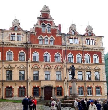 Här står Torkel Knutsson igen, återupprättad på Viborgs äldsta torg
