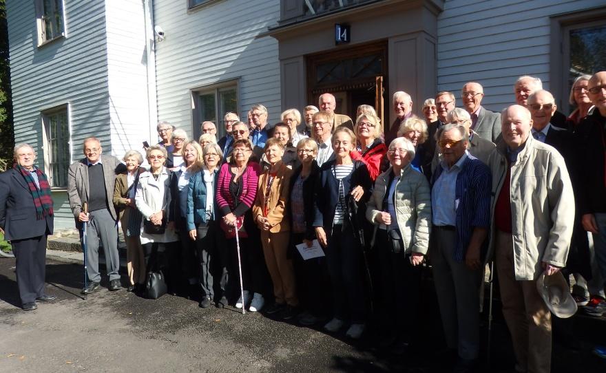 Resenärerna samlade utanför Gustaf Mannerheims hem.