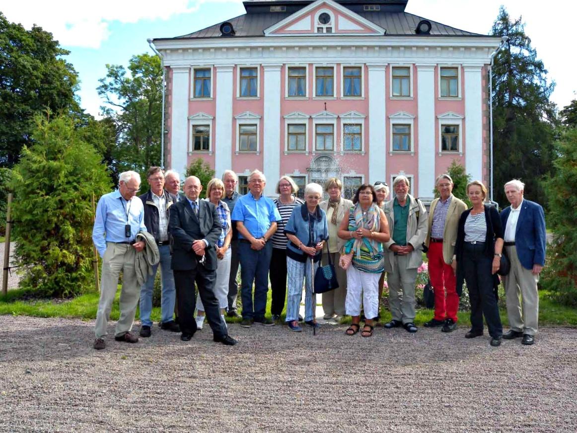 Samfundet utanför Sarvlax herrgård i augusti 2013