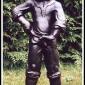 """""""Kissande pojke"""" Art.nr: 1429, Vikt: 32 kg, Höjd: 82 cm"""