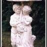 """Kärlekspar under paraply"" Art.nr: 1419, Vikt: 42kg, Höjd: 72 cm"