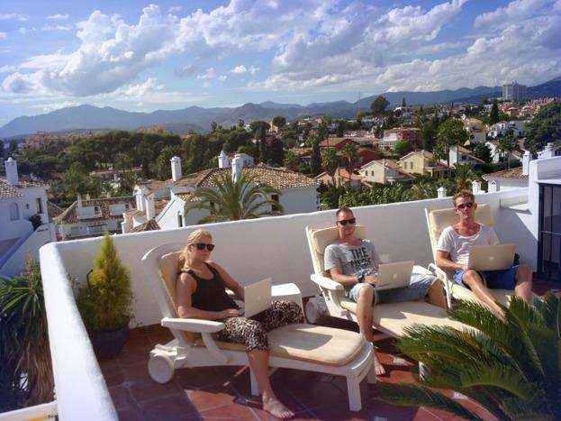 Emelie (support), Jim och Filip (utveckling) jobbar från Spanien-kontoret September 2013