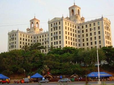 Hotel Nacional de Cuba med cafe och snabbmat för traktens ungdomar