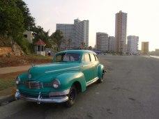 50-talsbil bakom Nacional med Hotel Habana Libre i bakgrunden till vänster