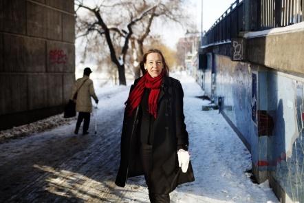 Talskrivare intervjuposerar i snö. Foto: Linda Forsell för Språktidningen nr 4, 2010.