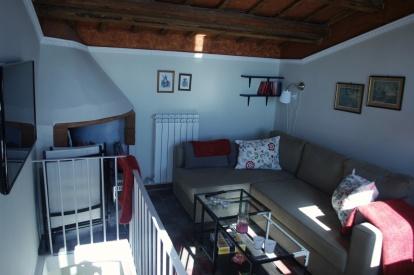 Sovrummet innanför takterassen med tv.