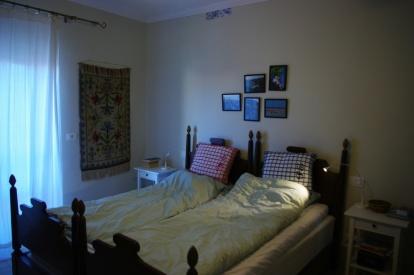 Master bedroom med egen balkong.
